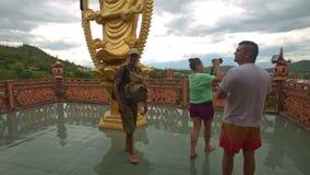 Περίπατος τουριστών έξω στην πλοκή παρατήρησης στο βουδιστικό ναό απόθεμα βίντεο
