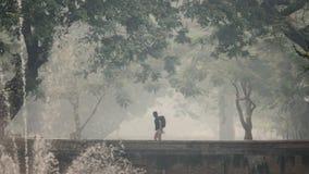 Περίπατος τουριστών στη ρύπανση καπνού πέρα από Chiang Mai στοκ φωτογραφίες