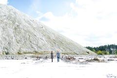 Περίπατος του νέου ζεύγους στη γη ερήμων στοκ φωτογραφία