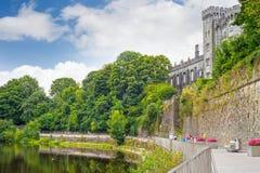 Περίπατος όχθεων ποταμού δίπλα στο kilkenny κάστρο Στοκ εικόνες με δικαίωμα ελεύθερης χρήσης