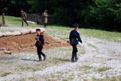 Περίπατος δύο νέος στρατιώτης-reenactors στις αντίθετες κατευθύνσεις στοκ εικόνα