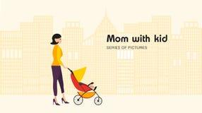 Περίπατος Mom με τους περιπατητές Στοκ Φωτογραφία