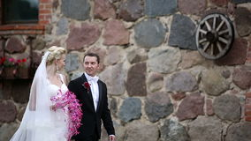 Περίπατος Newlyweds στην παλαιά πόλη ακολουθία απόθεμα βίντεο