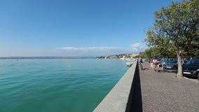 Περίπατος Sirmione λιμνών της Ιταλίας Garda απόθεμα βίντεο