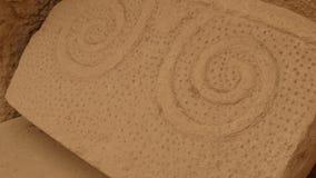 Περίπλοκη ταμπλέτα τοιχοποιιών που χαράζεται στην πέτρα στο hagar ναό qim απόθεμα βίντεο