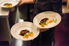 Περίπου στα δημιουργικά πιάτα Servce των μάγουλων μοσχαρίσιων κρεάτων Στοκ εικόνες με δικαίωμα ελεύθερης χρήσης