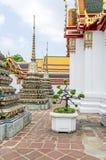 Περίπτερα και chedis Phra Chedi Rai σε έναν βουδιστικό ναό σύνθετο Wat Pho στη Μπανγκόκ στοκ εικόνα
