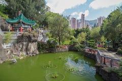 Περίπτερο και λίμνη στο ναό αμαρτίας Wong Tai στο Χονγκ Κονγκ Στοκ Εικόνες
