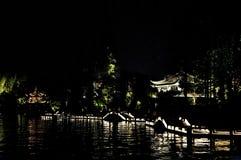 Περίπτερο και γέφυρα στη δυτική λίμνη, Hangzhou, Κίνα Στοκ Εικόνες