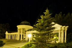 Περίπτερο της Δημοκρατίας της Τσεχίας άνοιξη μεταλλικού νερού τη νύχτα - Marianske Lazne - Στοκ Εικόνες