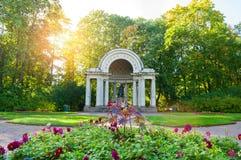 Περίπτερο της Rossi με το μνημείο στην αυτοκράτειρα Μαρία Fedorovna Pavlovsk στο πάρκο, Άγιος Πετρούπολη, Ρωσία στοκ εικόνα με δικαίωμα ελεύθερης χρήσης