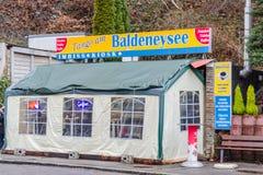 Περίπτερο, φραγμός πρόχειρων φαγητών σε Baldeneysee, Γερμανία Στοκ Φωτογραφία