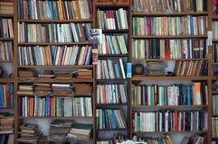 Περίπτωση βιβλίων με τα βιβλία από δεύτερο χέρι Στοκ Φωτογραφία