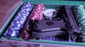 Περίπτωση πόκερ με το πυροβόλο όπλο απόθεμα βίντεο