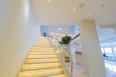Περίπτωση σκαλοπατιών στο σύγχρονο εσωτερικό ξενοδοχείων Στοκ φωτογραφία με δικαίωμα ελεύθερης χρήσης
