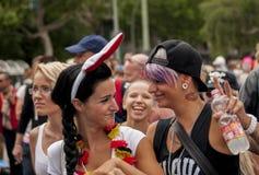 Περίπλοκα ντυμένοι συμμετέχοντες κατά τη διάρκεια της ομοφυλοφιλικής υπερηφάνειας στοκ εικόνα