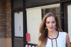 Περίπλοκη κομψή κυρία στο άσπρο φόρεμα με την αλαζονική έκφραση Στοκ Εικόνες