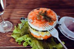 Περίπλοκη σαλάτα με τη σαμπάνια, το μαρούλι και το δίκρανο σε ένα ξύλινο υπόβαθρο Στοκ φωτογραφίες με δικαίωμα ελεύθερης χρήσης