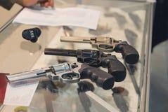 Περίστροφα στο μετρητή στο κατάστημα πυροβόλων όπλων Στοκ φωτογραφία με δικαίωμα ελεύθερης χρήσης