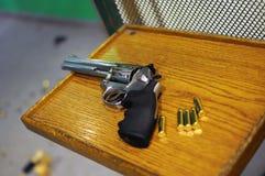 Περίστροφο και σφαίρες στον πίνακα στοκ φωτογραφίες με δικαίωμα ελεύθερης χρήσης
