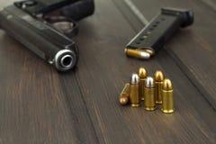 Περίστροφο με τα πυρομαχικά σε έναν σκοτεινό ξύλινο πίνακα Πωλήσεις των όπλων και των πυρομαχικών Διαφήμιση στα πυρομαχικά Στοκ φωτογραφία με δικαίωμα ελεύθερης χρήσης