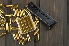 Περίστροφο με τα πυρομαχικά σε έναν σκοτεινό ξύλινο πίνακα Πωλήσεις των όπλων και των πυρομαχικών Διαφήμιση στα πυρομαχικά Στοκ Εικόνες
