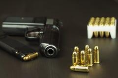 Περίστροφο με τα πυρομαχικά σε έναν σκοτεινό ξύλινο πίνακα Πωλήσεις των όπλων και των πυρομαχικών Διαφήμιση στα πυρομαχικά Νέα πυ στοκ εικόνα