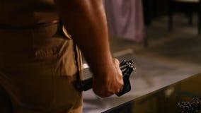Περίστροφο στην κινηματογράφηση σε πρώτο πλάνο χεριών αστυνομίας απόθεμα βίντεο