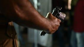 Περίστροφο στην κινηματογράφηση σε πρώτο πλάνο χεριών αστυνομίας φιλμ μικρού μήκους