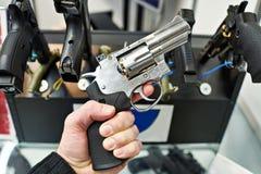 Περίστροφο Dan Wesson υπό εξέταση του αγοραστή στο κατάστημα όπλων Στοκ φωτογραφία με δικαίωμα ελεύθερης χρήσης