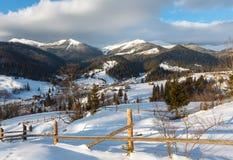 Περίχωρα ορεινών χωριών χειμερινού πρωινού και κορυφογραμμή ορών Στοκ Εικόνα