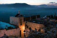 Περίχωρα της παλαιάς πόλης στο φως βραδιού και τις απόψεις Moun στοκ φωτογραφία με δικαίωμα ελεύθερης χρήσης