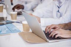 Περίληψη γραψίματος θεραπευτικής στον υπολογιστή στην κλινική Στοκ εικόνες με δικαίωμα ελεύθερης χρήσης