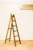περίληψη ενάντια στον κλίνοντας τοίχο σκαλών έννοιας Στοκ Φωτογραφίες
