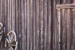 Περίληψη του εκλεκτής ποιότητας παλαιών τοίχου καμπινών κούτσουρων και της ρόδας βαγονιών εμπορευμάτων Στοκ φωτογραφία με δικαίωμα ελεύθερης χρήσης
