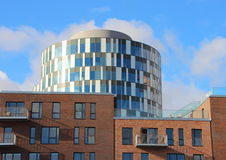 Περίληψη των στρογγυλών μπλε κτηρίων και των κόκκινων διαμερισμάτων κεραμιδιών Στοκ εικόνα με δικαίωμα ελεύθερης χρήσης