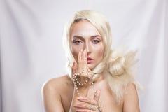 Περίλυπος όμορφος ξανθός με μακρυμάλλη και rosary στο AR της Στοκ φωτογραφίες με δικαίωμα ελεύθερης χρήσης