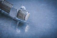Περασμένη κλωστή λεπτομέρεια και καρύδι μπουλονιών στη μεταλλική κατασκευή υποβάθρου Στοκ εικόνες με δικαίωμα ελεύθερης χρήσης