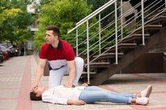 Περαστικός που βοηθά τη γυναίκα με την επίθεση καρδιών, υπαίθρια Στοκ φωτογραφία με δικαίωμα ελεύθερης χρήσης