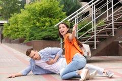 Περαστικός που βοηθά το άτομο με την επίθεση καρδιών Στοκ φωτογραφία με δικαίωμα ελεύθερης χρήσης