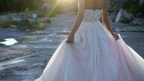 Περιβάλλοντας και κυματίζοντας φόρεμα νυφών φιλμ μικρού μήκους