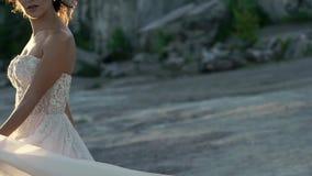 Περιβάλλοντας και κυματίζοντας φόρεμα νυφών απόθεμα βίντεο
