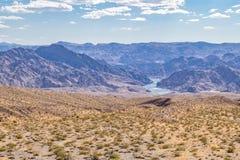 Περιβάλλον τοπίων ερήμων Μοχάβε της Νεβάδας με τον ποταμό του Κολοράντο Στοκ φωτογραφία με δικαίωμα ελεύθερης χρήσης