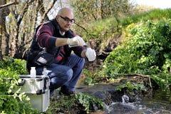 Περιβαλλοντική μελέτη ρύπανσης μιας σειράς μαθημάτων νερού Στοκ φωτογραφία με δικαίωμα ελεύθερης χρήσης