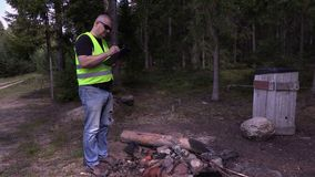 Περιβαλλοντικός επιθεωρητής που γράφει στο δάσος απόθεμα βίντεο