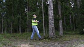 Περιβαλλοντικός επιθεωρητής στο σπίτι πουλιών στο δάσος απόθεμα βίντεο