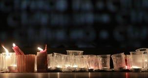 Περιβαλλοντικός πυροβολισμός χαμηλού φωτός των κεριών που ανάβουν επάνω τη γνήσια εκκλησία κατά τη διάρκεια της νύχτας του γεγονό απόθεμα βίντεο