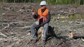 Περιβαλλοντικό κομμάτι ελέγχου επιθεωρητών του ξύλου στο δάσος φιλμ μικρού μήκους