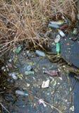 Περιβαλλοντικό πρόβλημα, απορρίματα Μόλυνση με τα συντρίμμια και τη PL Στοκ Εικόνες