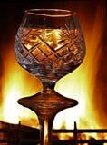 Περιγράμματα ενός γυαλιού κρυστάλλου στα πλαίσια ενός καψίματος Στοκ φωτογραφία με δικαίωμα ελεύθερης χρήσης